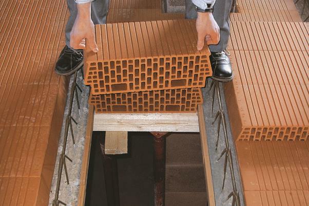 Bild 7-55: Verlegung Ziegeldecke mit vorgefertigten Deckenträgern