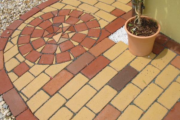 Bild 7-80: Ziegelpflaster mit Mosaikeinlage