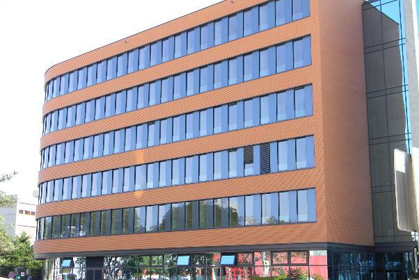 Bild 7-53: Bürogebäude mit vorgehängter hinterlüfteter Tonziegelfassade